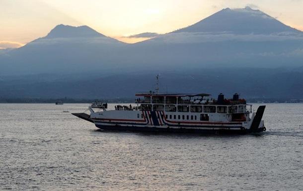 Біля Балі вибухнув пором з туристами