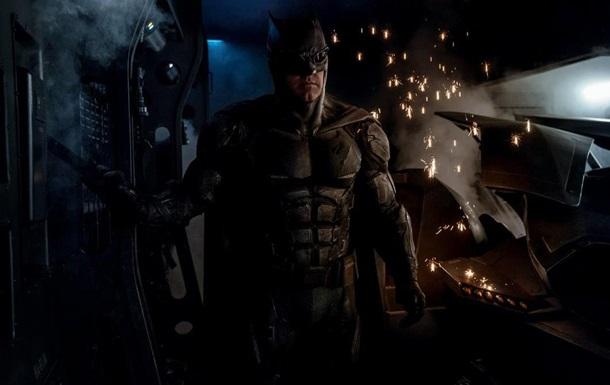 Режиссер  Лиги справедливости  показал новый костюм Бэтмена