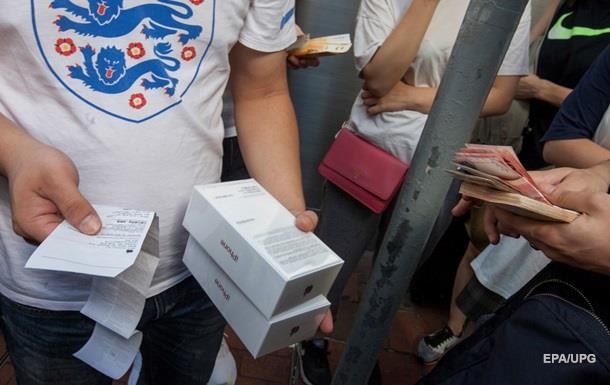 Митники відібрали в українців десять iPhone 7
