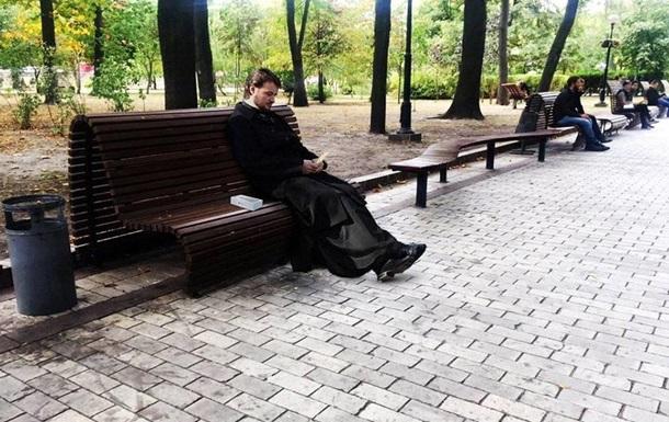 Киевляне в сети обсуждают священника с iPhone 7