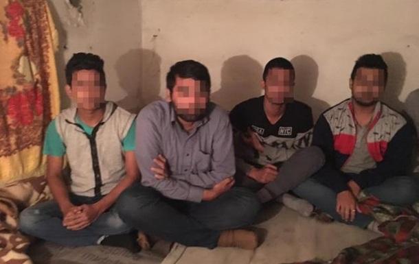 Жителі Закарпаття утримували нелегалів у підвалі