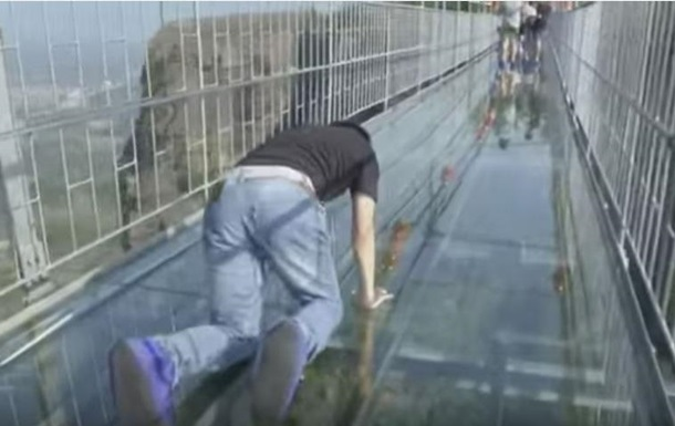 Скляний міст: відео з переляканими туристами