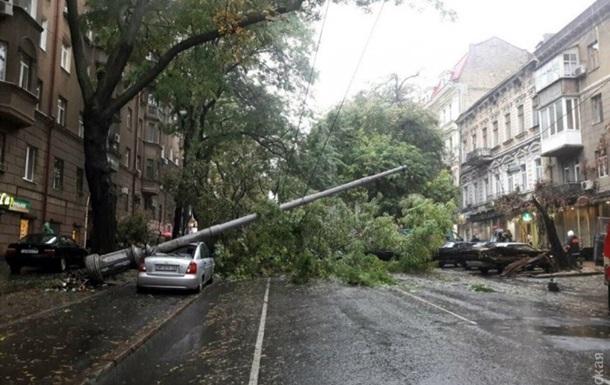Непогода в Одессе: дороги в воде и упавшие столбы