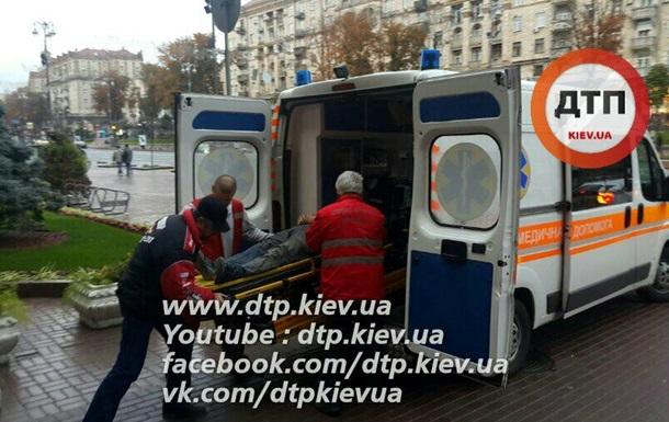 В Киеве со здания мэрии упал рабочий