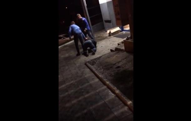В Киеве охранники АТБ жестоко избили человека