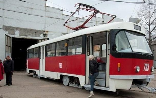 В Киеве пассажир трамвая угрожал контролерам оружием