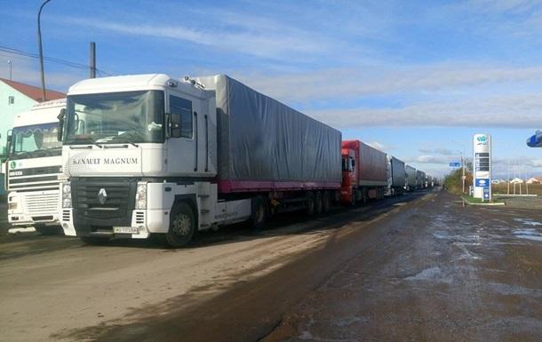 На кордоні з Румунією черга з фур розтягнулася на кілометри