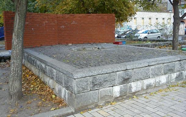 У Києві демонтували пам ятник  Бруківка - зброя пролетаріату