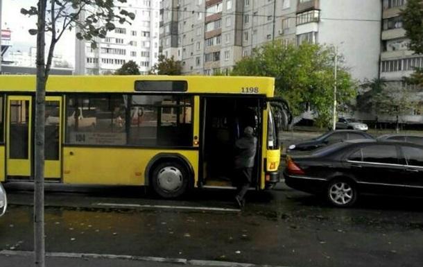 У Києві автобус врізався в Mercedes