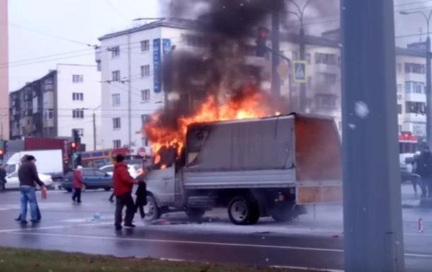 У Харкові серед дороги загорілася Газель