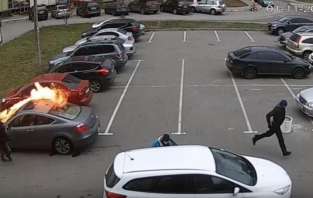 В Сети показали поджог авто на парковке в Харькове