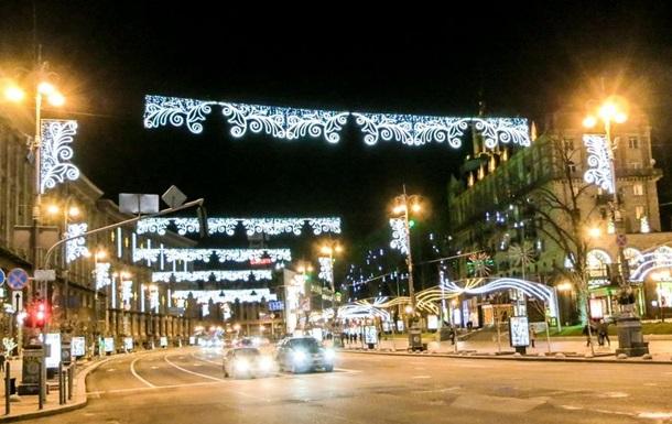 У Києві почали встановлювати новорічну ілюмінацію