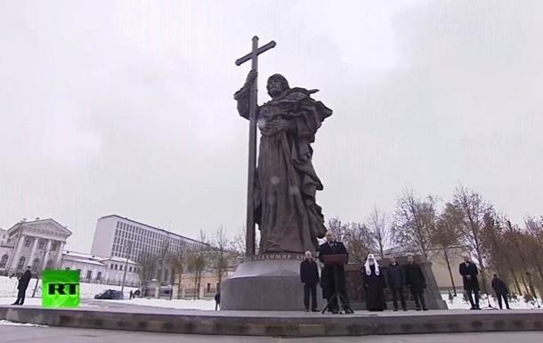 Владимир Путин выступает с речью на октрытии памятника Владимиру Великому