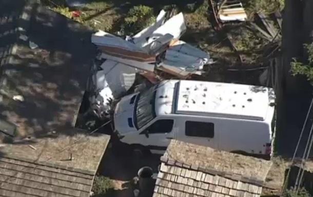 У США на житловий будинок впав літак, є жертви