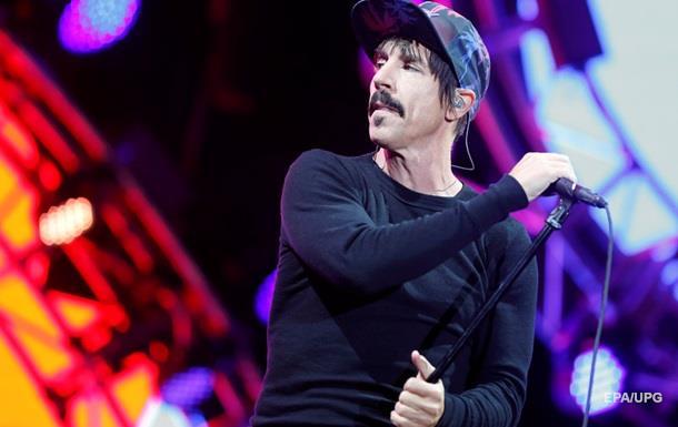 Лідер Red Hot Chili Peppers розповів, чому не спить з фанатками