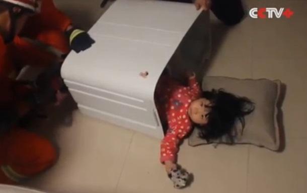 В Китае ребенок застрял в стиральной машине