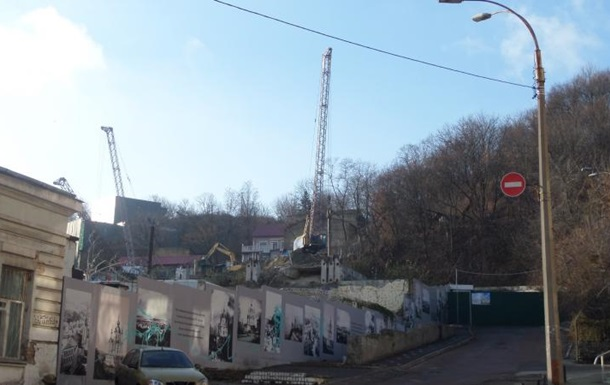 На Андріївському узвозі поряд з театром почали будувати готель