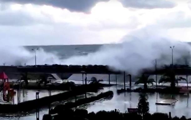 У Сочі хвилі затопили перші поверхи готелю