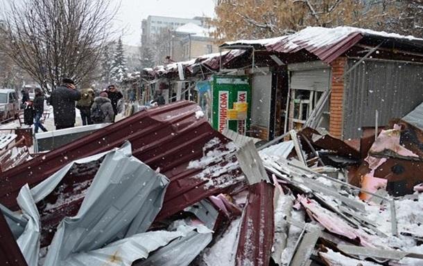 В Киеве посреди ночи разнесли киоски возле метро (ФОТО)