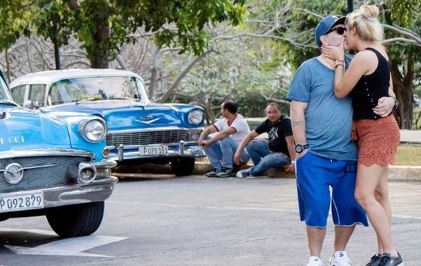 Марадона носив свою дівчину на руках на Кубі