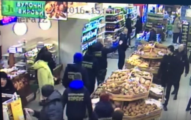 В Черкассах радикалы ограбили супермаркет