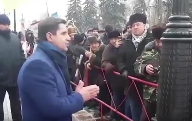 В сети осудили перепалку Шкиряка с ветеранами МВД