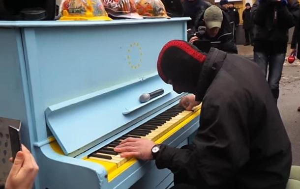 Піаніст зіграв  Реквієм  біля офісу Порошенка