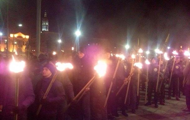 Азов устроил факельное шествие в Харькове