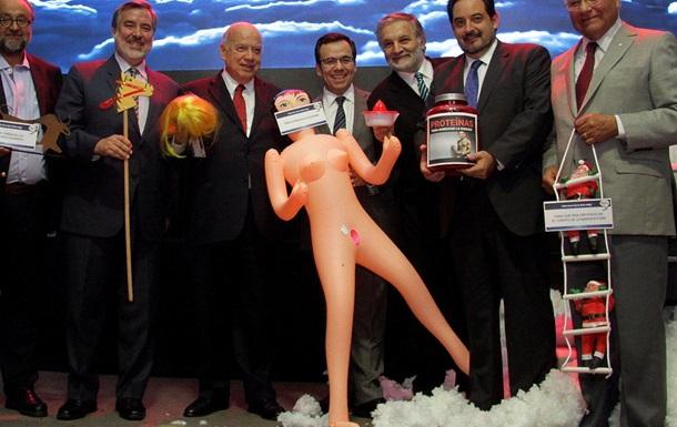 Міністру економіки Чилі подарували гумову ляльку