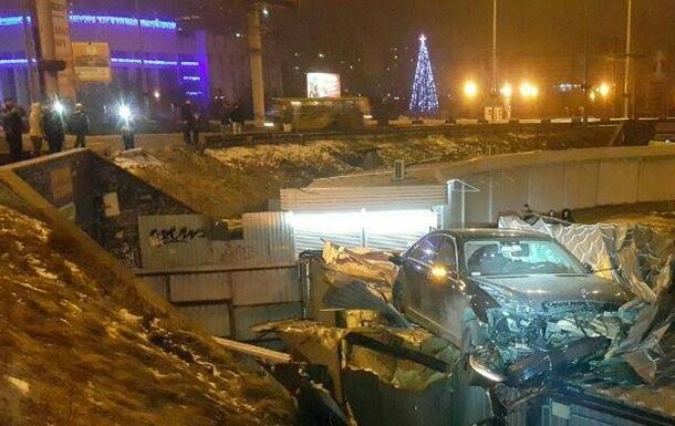У Києві Mercedes після ДТП  приземлився  на МАФ
