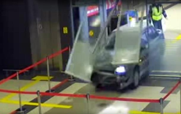 У РФ водій влаштував гонки у будівлі аеропорту