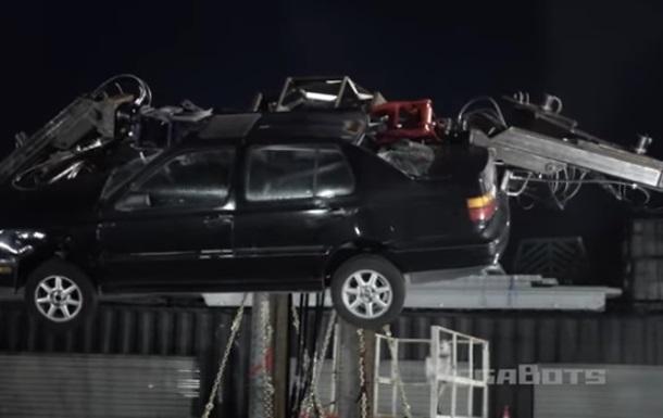 Гигантский робот уничтожил автомобиль