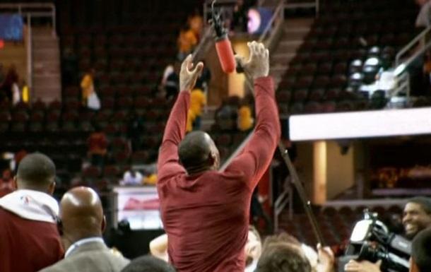 НБА. Микрофон ЛеБрона и танцы Карри в самых смешных моментах года