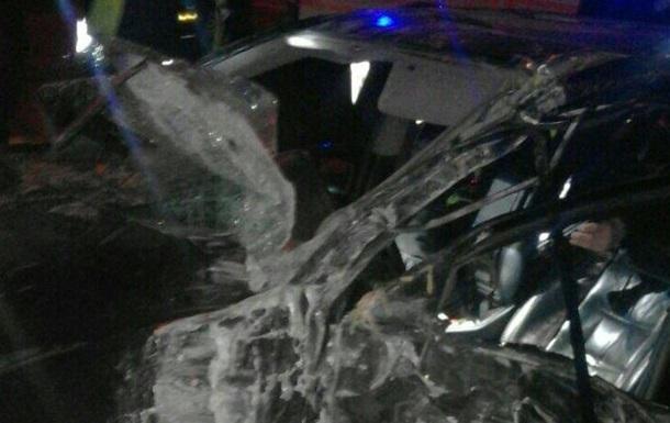 У Києві Lexus на швидкості 200 км звалив дерево