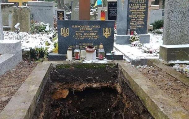 В Праге принудительно эксгумировали останки украинского писателя Олеся