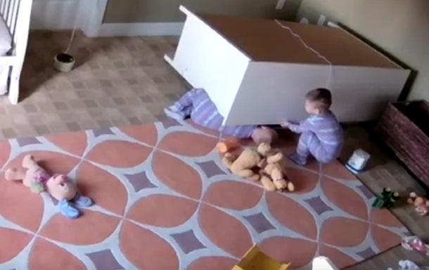 Хлопчик врятував брата-близнюка з-під комода