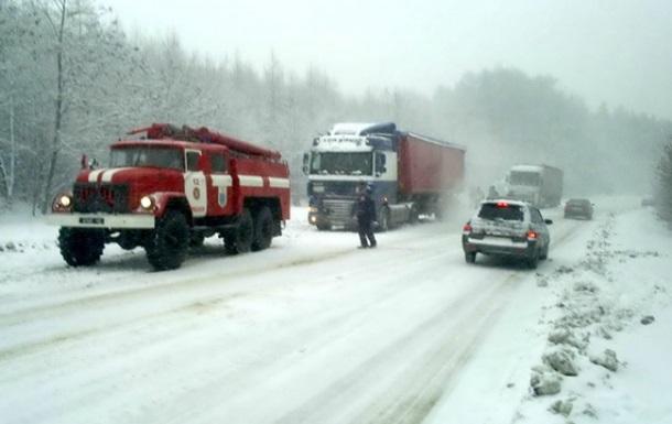 Непогода в Украине: снег засыпал Закарпатье