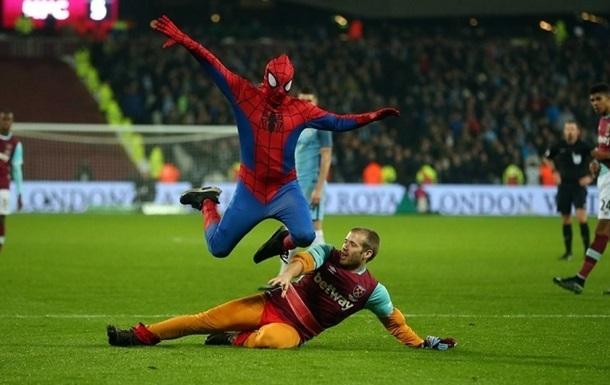 Людина-павук відвідав матч Вест Гему і Ман Сіті