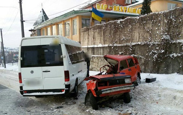 У Хмельницькому маршрутка зіткнулася з ВАЗ, семеро постраждалих
