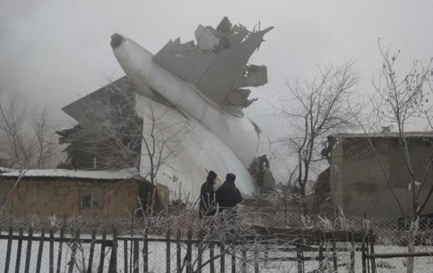 Грузовой самолет упал на жилые дома