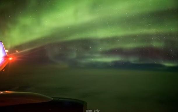Небесна краса: північне сяйво зняли з літака