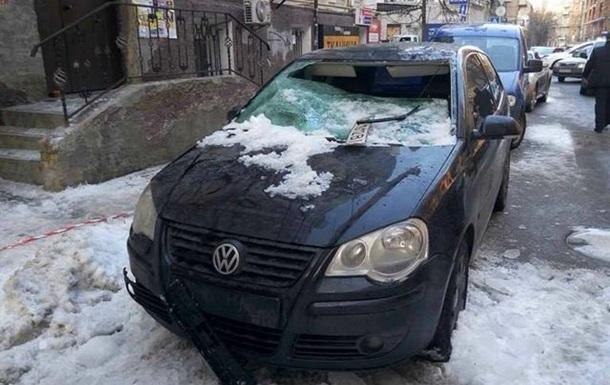 У центрі Києва лід з дахів розбив два авто