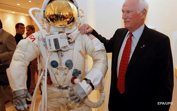 Помер останній астронавт, який стояв на Місяці