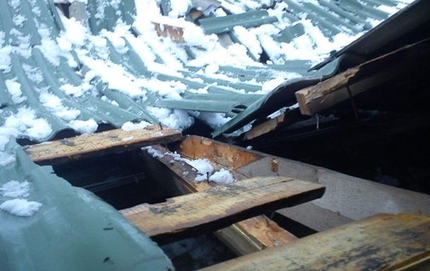 На Харківщині через сніг завалився дах будинку