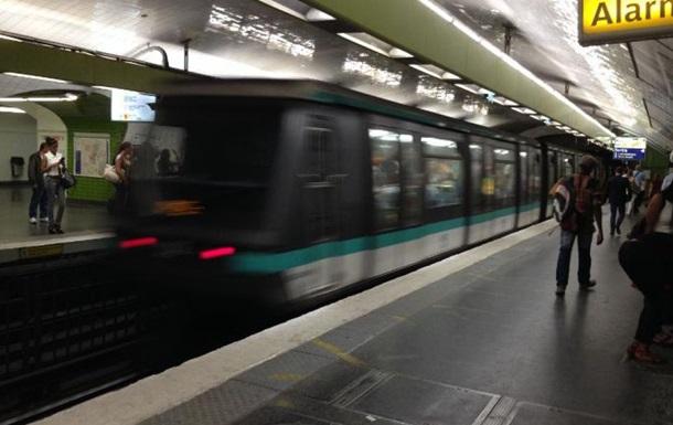 У паризькому метро невідомий з ножем напав на пасажирів
