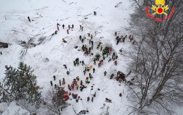 Під завалами снігу в італійському готелі знайшли 13 живих