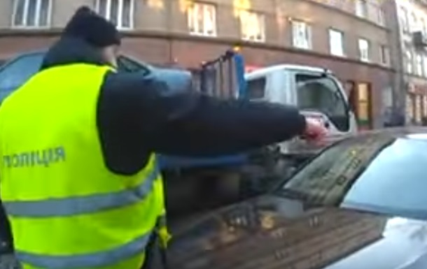 У Львові водій наїхав на патрульного