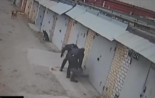У Києві поліцейські побили чоловіка, який знімав їх