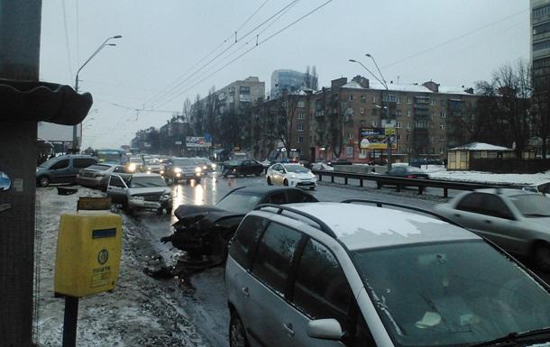 У Києві зіткнулися 11 авто, є постраждалі
