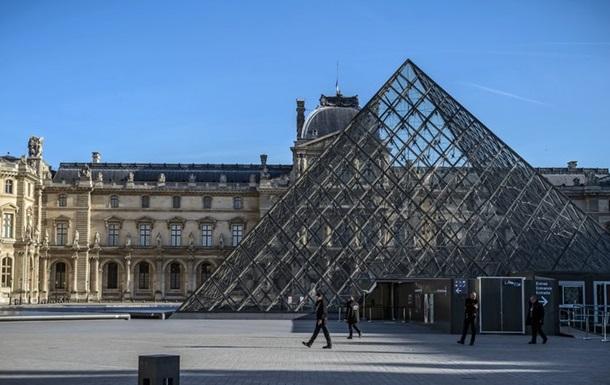 Невідомий з ножем намагався прорватися до Лувру